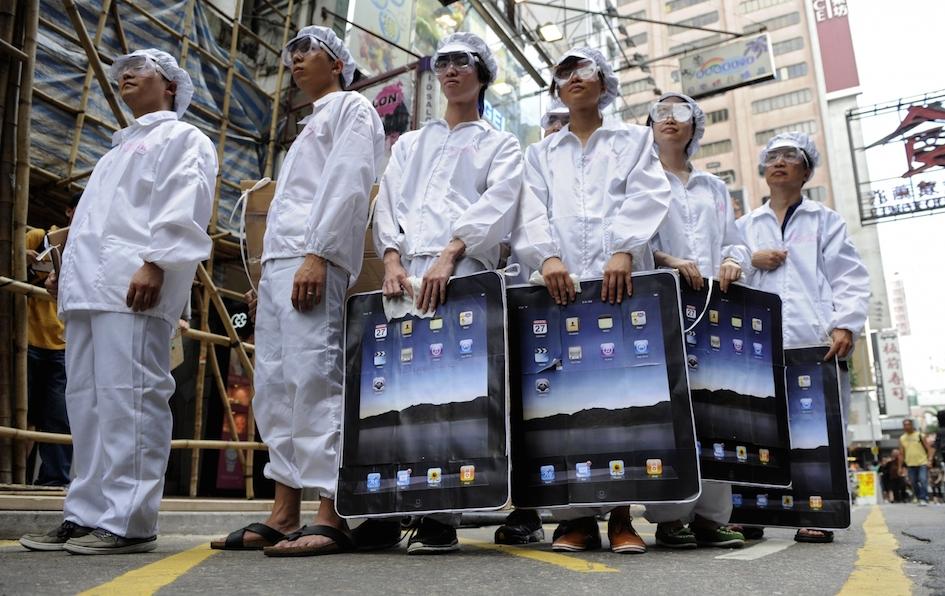 13d-foxconn-replaces-60000-workers-robots-copy